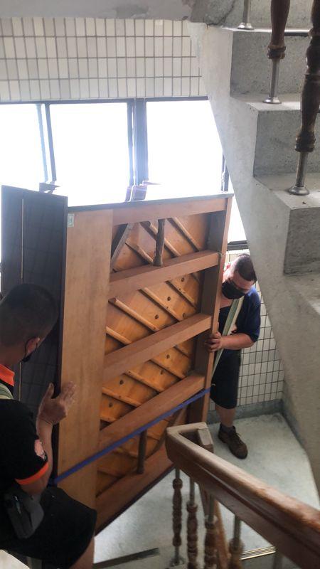 台北市搬家案例.士林區搬廢棄鋼琴至一樓巷口回收1